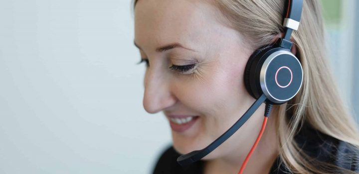 Geab_Office_woman_headphones