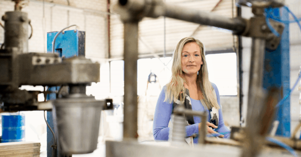 Small Screen 72 DPI-Vattenfall_Customer_Woman_Factory